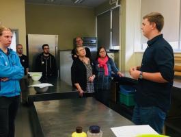 Gaspar tutvustab pagarite õppeklassis väliskülalistele oma eriala