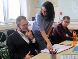 Logopeed Kadri Mölder juhendab omandatud peaajukahjustusega inimestele mõeldud kursusel osalejat