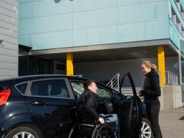 Füsioterapeut aitab ratastoolis meest autosse