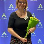 Aasta sotsiaaltöö praktikajuhendaja tiitli üle rõõmustav Kaia lilledega